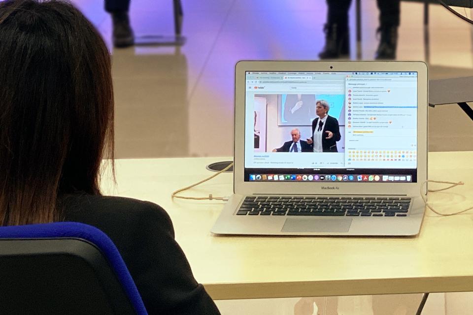 MB-Divisione-Cosmetica-Presentazione-commerciale-in-live-streaming-moderatore-chat